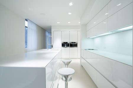 Foto de White beauty kitchen interior in luxury home - Imagen libre de derechos