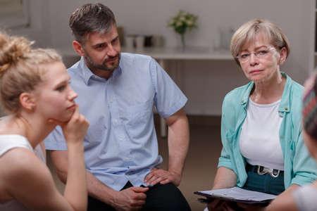 Foto de Photo of female psychologist listening to member of support group - Imagen libre de derechos