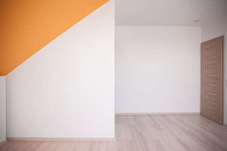 Foto de Walls painted white with orange color accent on the ceiling - Imagen libre de derechos