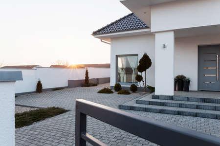 Foto de Big modern residence with spacious paved yard - Imagen libre de derechos