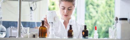 Foto de Young female pharmacist working in chemistry laboratory - Imagen libre de derechos