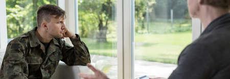 Foto de Psychotherapy with a soldier suffering from war trauma - Imagen libre de derechos