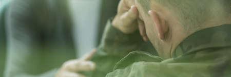 Foto de Soldier suffering from emotional breakdown and depression after war - Imagen libre de derechos