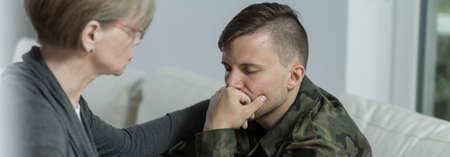 Foto de Soldier suffering from postraumatic stress disorder seeing a specialist - Imagen libre de derechos