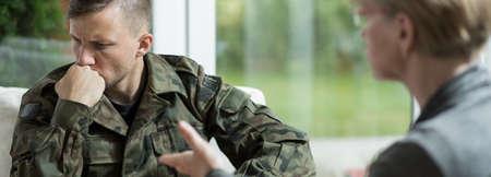 Foto de Young traumatized soldier with his psychiatrist - Imagen libre de derechos