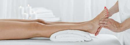 Foto de Panorama of female legs during acupressure therapy in massage studio - Imagen libre de derechos