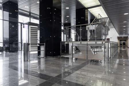 Foto de Horizontal view of contemporary business building interior - Imagen libre de derechos