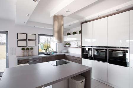Photo pour Contemporary minimalistic kitchen in a rich fashionable house - image libre de droit