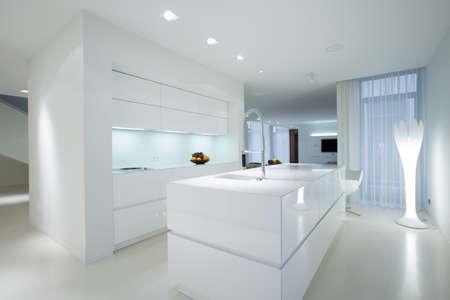 Photo pour Horizontal view of white gleaming kitchen interior - image libre de droit