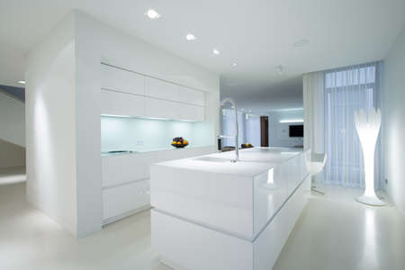 Foto de Horizontal view of white gleaming kitchen interior - Imagen libre de derechos