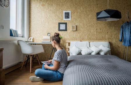 Foto de Teen girl sitting on the floor in her bedroom - Imagen libre de derechos