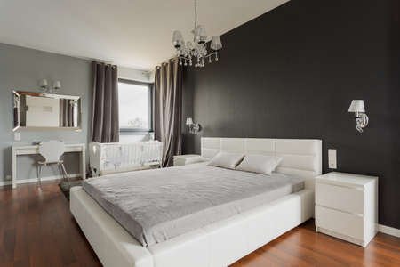 Photo pour Image of king size bed with headboard in fancy bedroom - image libre de droit