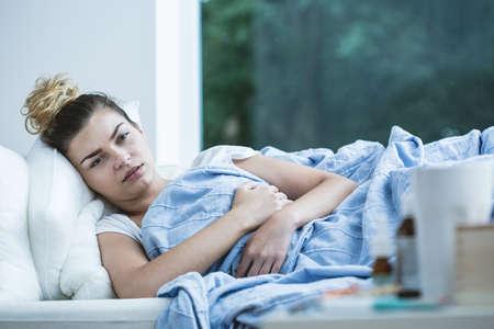 Foto de Image of sick woman lying in bed - Imagen libre de derechos