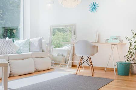 Photo pour Bright small cozy room with sophisticated decorations - image libre de droit