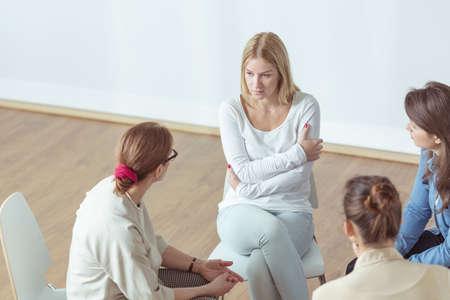 Foto de Despair woman talking with coach during therapy - Imagen libre de derechos