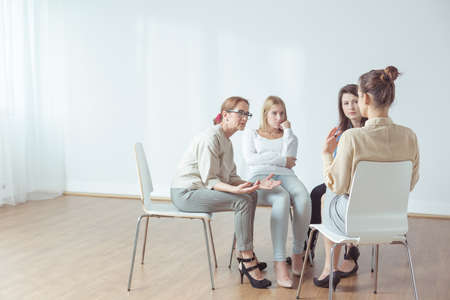 Foto de Coach and support group during psychological therapy - Imagen libre de derechos