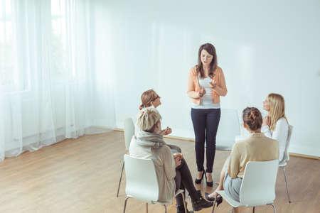 Foto de Vertical view of coaching for young women - Imagen libre de derechos