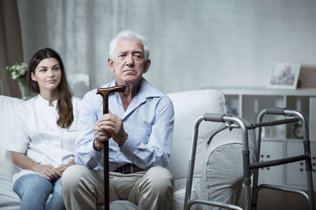 Foto de Elder man is very sad in the retirement home - Imagen libre de derechos