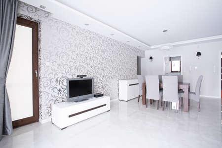 Photo pour Contemporary spacious white living room with patterned wallpaper - image libre de droit