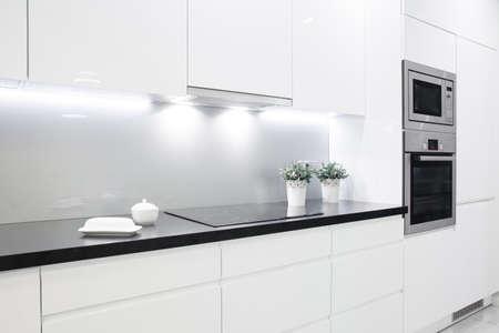 Photo pour Clean black wheat with decoration in small white kitchen - image libre de droit