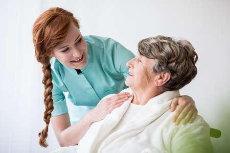 Foto de Picture of patient with alzheimer having professional care - Imagen libre de derechos