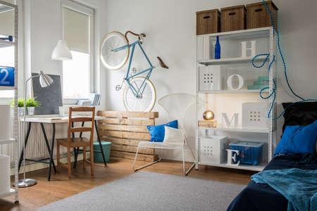 Foto de Small blue studio for creative young person - Imagen libre de derechos