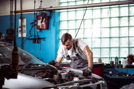 Photo pour Mechanic is checking if all car parts are working - image libre de droit