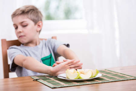 Photo pour Little kid refusing to eat healthy food - image libre de droit