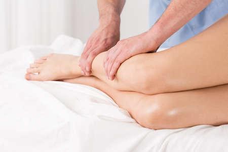 Photo pour Physical therapist doing lymphatic drainage for the legs - image libre de droit