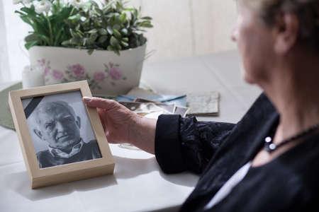 Foto de Widow looking at the photo of her dead husband - Imagen libre de derechos