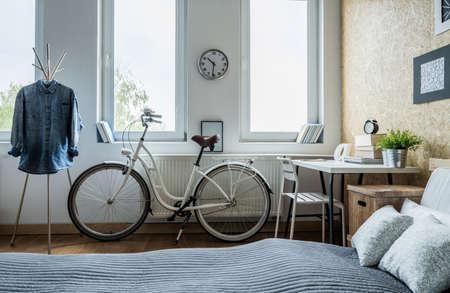 Foto de Trendy white city bicycle in bright bedroom - Imagen libre de derechos