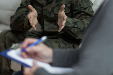 Foto de Close up of psychologist analyzing military patient behaviour - Imagen libre de derechos