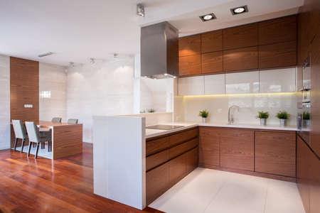 Photo pour Modern shiny kitchen in wood and marble - image libre de droit