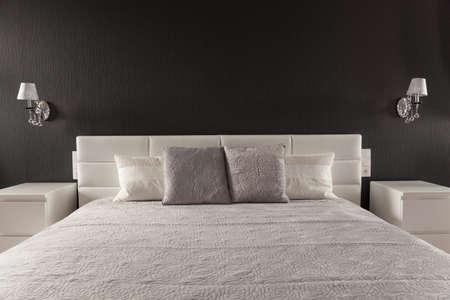 Photo pour Stylish elegant bed in contemporary master bedroom - image libre de droit