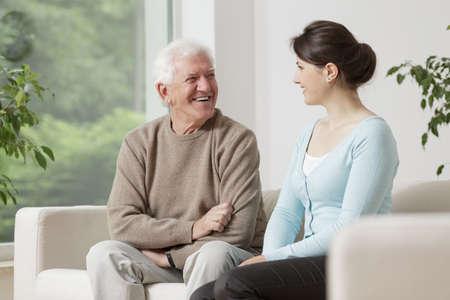 Foto de Happy old man smiling to young woman - Imagen libre de derechos