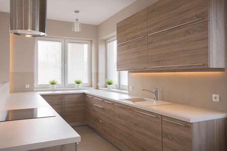 Photo pour Bright wooden kitchen in beauty luxury house - image libre de droit