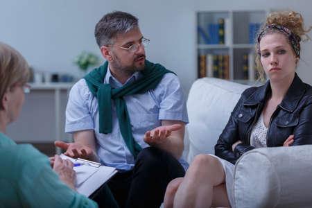 Foto de Photo of dispute married couple and relationship counseling - Imagen libre de derechos