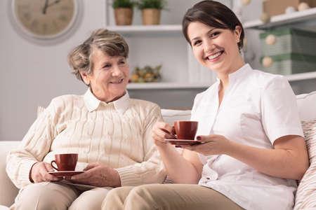 Foto de Image of private caregiver and senior female smiling - Imagen libre de derechos