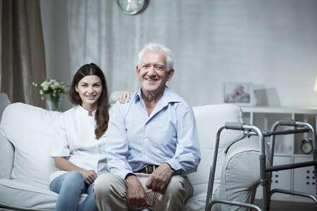 Foto de Elderly man with a community nurse visiting him - Imagen libre de derechos