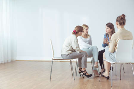 Foto de Four women talking in group about problems - Imagen libre de derechos
