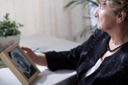 Foto de Photo of senior widow reminiscing her dead husband - Imagen libre de derechos