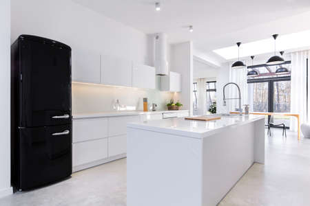 Photo pour Modern and light kitchen in the house - image libre de droit