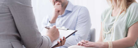 Foto de Panorama of psychologist helping married couple with problem - Imagen libre de derechos