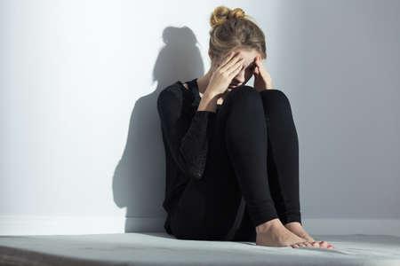 Foto de Broken down young lonely girl with depression - Imagen libre de derechos