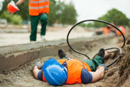 Photo pour Young building worker injured at construction site - image libre de droit
