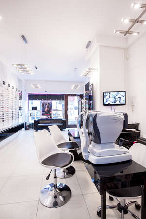Foto de Optician's store with machines for optical examination - Imagen libre de derechos