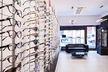 Foto de Optician's shop shelves with eyeglasses rims - Imagen libre de derechos