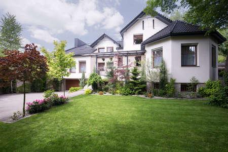 Photo pour Beautiful white house on the suburbs - image libre de droit