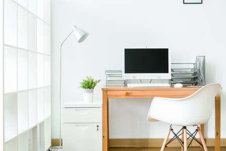 Foto de Study room in white with modern, simple furniture - Imagen libre de derechos