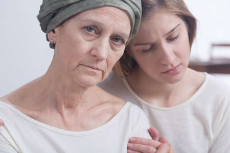 Foto de Sick mother with cancer and her daughter supporting each other in tough moments - Imagen libre de derechos